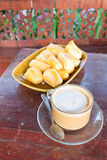 Frothy aromatiskt rånar av nytt kaffe Arkivbilder