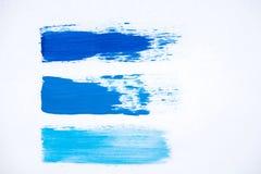 Frotte les nuances bleues de peinture à l'huile sur un fond blanc Photographie stock libre de droits
