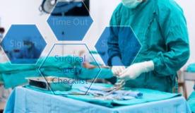Frottez l'infirmière préparent les équipements médicaux pour la chirurgie Images stock