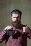 Frown de gebaarde reeks van de mensenholding moersleutels met omhoog duimen royalty-vrije stock fotografie