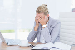 Frowning businesswoman grasping her head Royalty Free Stock Photo