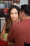 Frowning kvinna som ser manen Royaltyfri Foto