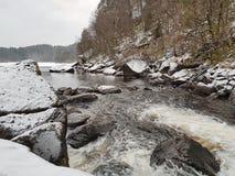 Frozez stenar som tvättas av kallt vatten royaltyfria bilder