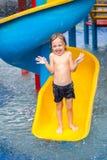 Frère et soeur jouant dans la piscine Photographie stock