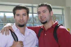 Frères jumeaux avec des bras autour Photographie stock libre de droits