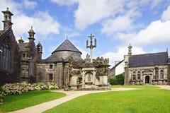Församlingen stänger sig i Guimiliau. Frankrike Royaltyfri Bild