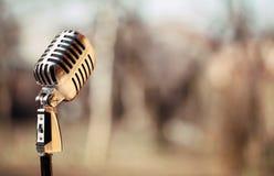 Försilvra tappningmikrofonen i studion på utomhus- bakgrund Arkivbild