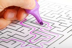 Försöka att finna vägen ut ur labyrint Fotografering för Bildbyråer