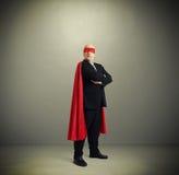 Försäkrad hög affärsman som bär som toppen hjälte Arkivfoto