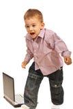 Förskräckt pojke som är runny från bärbar dator Royaltyfri Foto