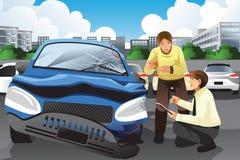 Försäkringmedel som bedömer en bilolycka Arkivfoto