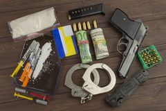 Försäljningar av droger Internationellt brott, droghandel Droger och pengar på en trätabell Royaltyfria Bilder