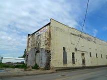 Försämras byggnad, i stadens centrum Van Buren, Arkansas Arkivbild