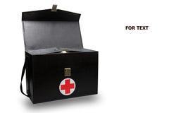 Första hjälpensatsasken i vit bakgrund eller isolerad bakgrund, det nöd- fallet använde hjälpmedelasken för medicinsk service för Arkivfoton