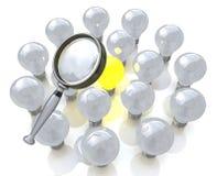 Förstoringsglas som söker för en ljus kula för bra idé Royaltyfri Foto