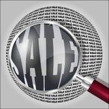 Förstoringsglas över ordet SALE Arkivbilder