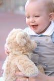 förtjusande behandla som ett barn gulliga ögon för den blåa pojken Arkivbild