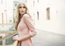 Förtjusande blond kvinna med delikat hud Royaltyfria Foton
