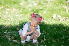 Förtjusande flicka för litet barn Grön naturbakgrund för sommar Arkivbild