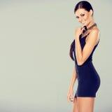 Förtjusande glamourkvinna i sexig klänning Arkivbild