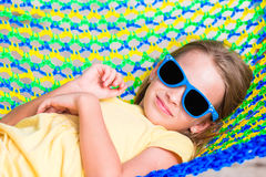 Förtjusande liten flicka på tropisk semester som kopplar av i hängmatta Arkivbild