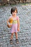Förtjusande liten flicka som rymmer en släntra av bröd Royaltyfri Fotografi