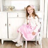 Förtjusande liten flickasammanträde på stol Fotografering för Bildbyråer