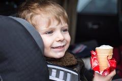 Förtjusande litet barnpojke i säkerhetsbilsäte Arkivfoto
