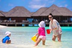 Förtjusande små flickor och lyckligt spela för moder Fotografering för Bildbyråer