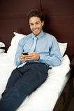 Förtjusande sms för gentlemanavläsningstext på telefonen Royaltyfri Bild