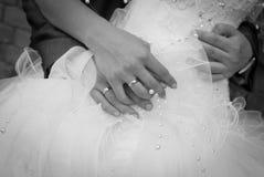 fru för omfamningmakabröllop Arkivfoto