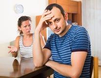 Fru och rasande make som diskuterar skilsmässa Royaltyfri Bild