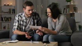 Fru som grälar på hennes partner om dyra kvitton arkivfilmer