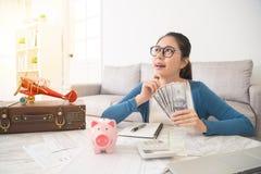 Fru som tänker allvarligt om hur man sparar pengar Arkivfoto