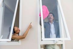 Frubeställningsmake som gör ren husfönstret arkivfoto