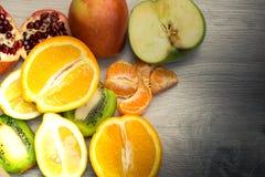 Frucht auf einem Holztisch lizenzfreies stockfoto