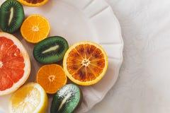 Frucht auf einer Familienmorgentabelle Lizenzfreie Stockfotos
