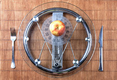 Frucht auf einer Platte wie Gewichtskala stockbild
