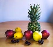 Frucht auf einer Tabelle Lizenzfreies Stockbild