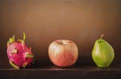 Frucht auf hölzernem der Wand Lizenzfreies Stockfoto