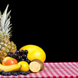 Frucht auf Tischdeckengewebe Lizenzfreie Stockfotos