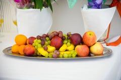 Frucht an auf Weiß Nachtisch auf einer Servierplatte Lizenzfreies Stockfoto