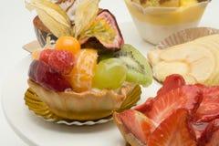 Frucht backt auf einer Torteplatte zusammen Lizenzfreies Stockfoto