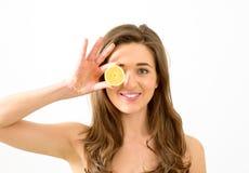 Frucht der jungen Frau und der Zitrone stockfotos
