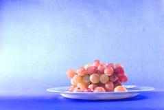 Frucht der roten Traube in der Glasschüssel Lizenzfreies Stockbild