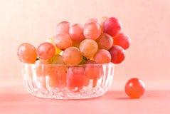 Frucht der roten Traube in der Glasschüssel Lizenzfreie Stockfotos