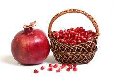 Frucht des Granatapfels und seines Mais ist in einem Korb. Stockfotografie