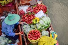 Frucht, die auf dem Boot verkauft stockfotografie