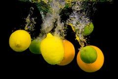 Frucht, die in das Wasser fällt Lizenzfreies Stockfoto