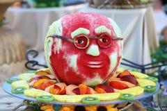 Frucht, die von der Wassermelone schnitzt lizenzfreie stockfotografie